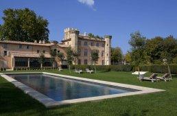 Location château viticole près d'Aix-en-Provence, niché dans le cratère de l'unique volcan de Provence, cette propriété est située au coeur de 300ha.