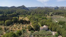 Louer une grande maison du style colonial pour vos vacance en Provence. Parcs arboré de plusieurs hectares avec une grande piscine.