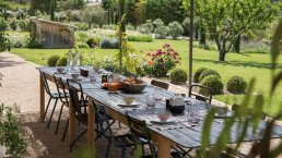 Located a few kilometers from the village of Maussane, in the heart of the Natural Park of Alpilles, the farmhouse is built in a park of 2 ha located in the countryside