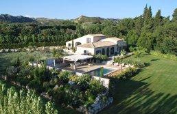 Location en Provence pour 10 personnes. Cette villa propose des prestations de qualité, un extérieur agréable de 3000m² avec une grande piscine chauffée