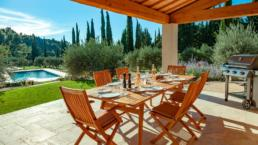 At the foot of the Alpilles, this contemporary villa is ideal for families with its large heated pool and pleasant landscaped garden fully enclosed