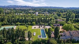 Located in Saint Remy de Provence, in the heart of the Alpilles, this farmhouse has a privileged location with heated swimming pool, children's pool and tennis court