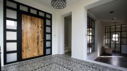 Située en campagne de Paradou, cette superbe bastide neuve de 310 m2 en location invite à une aventure provencale pour votre séjour touristique ou affaire.