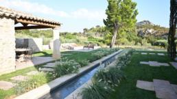 Location située à Maussane les Alpilles, au coeur du parc National des Alpilles, cette villa d'architecte et sa piscine privée à louer vous séduiront.